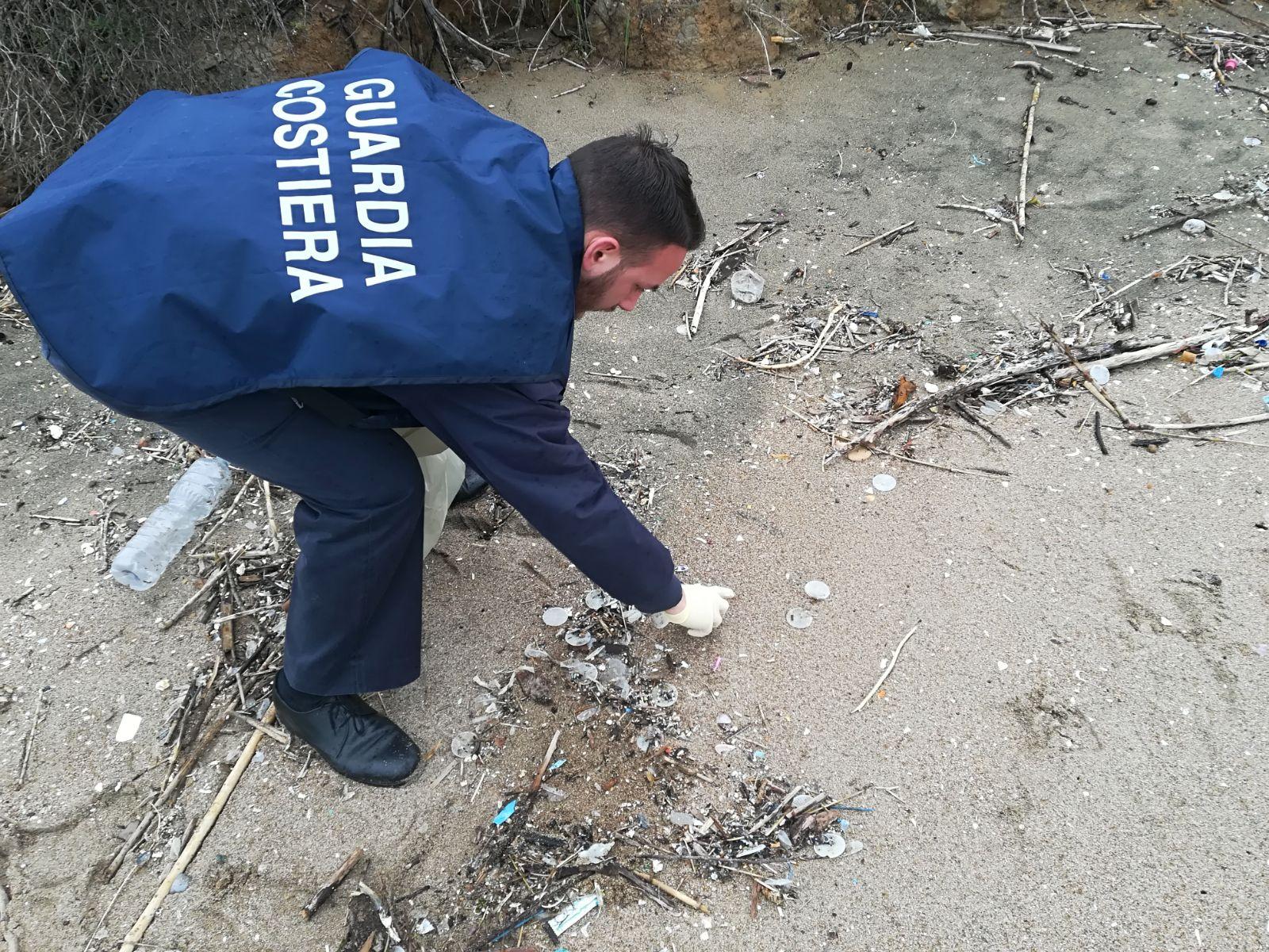 Dischetti spiaggiati: la guardia costiera fa luce sull'origine dell'inquinamento in mare