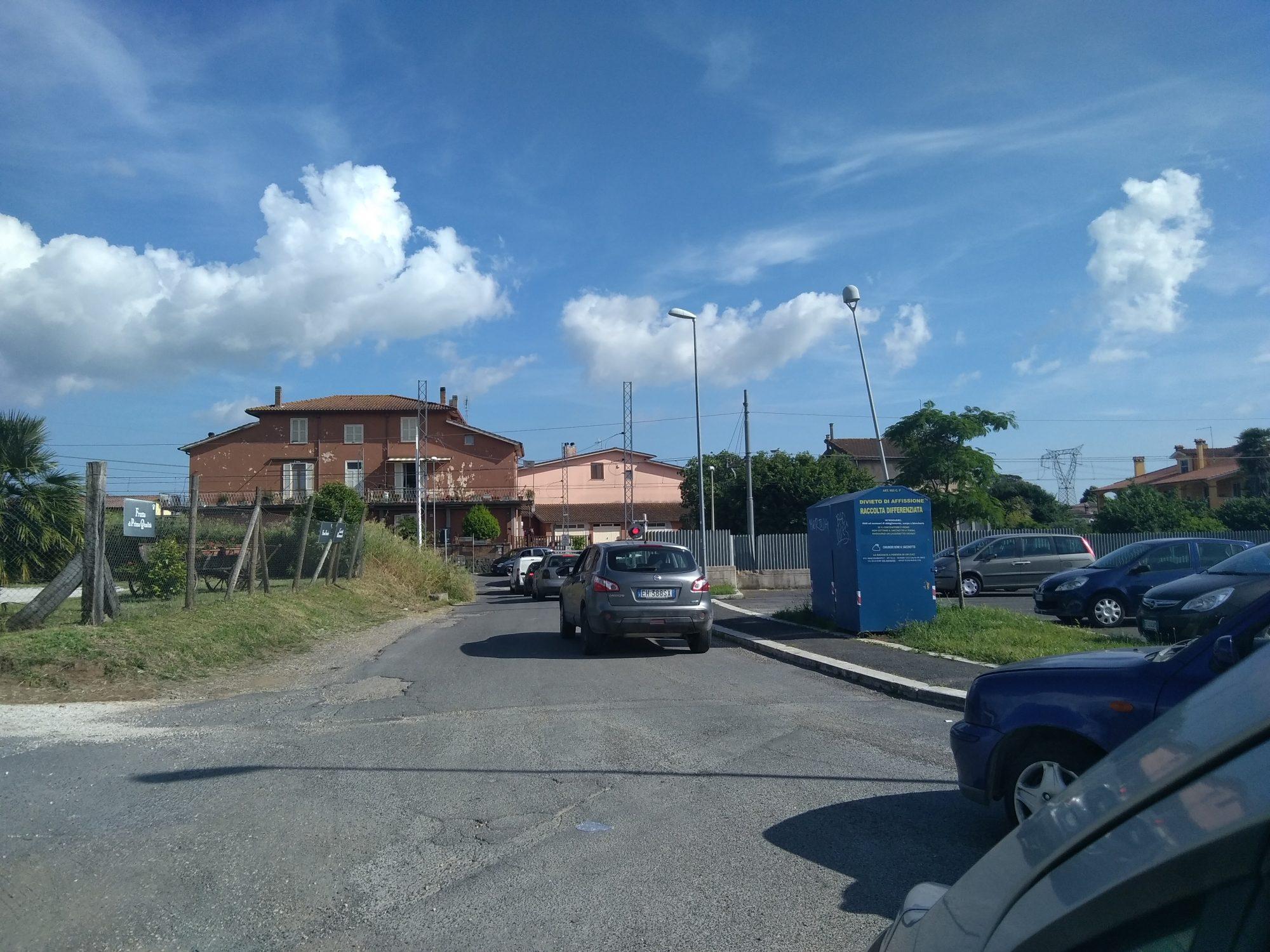 Anguillara Camion rompe la sbarra del passaggio a livello di via Sorgente Claudia