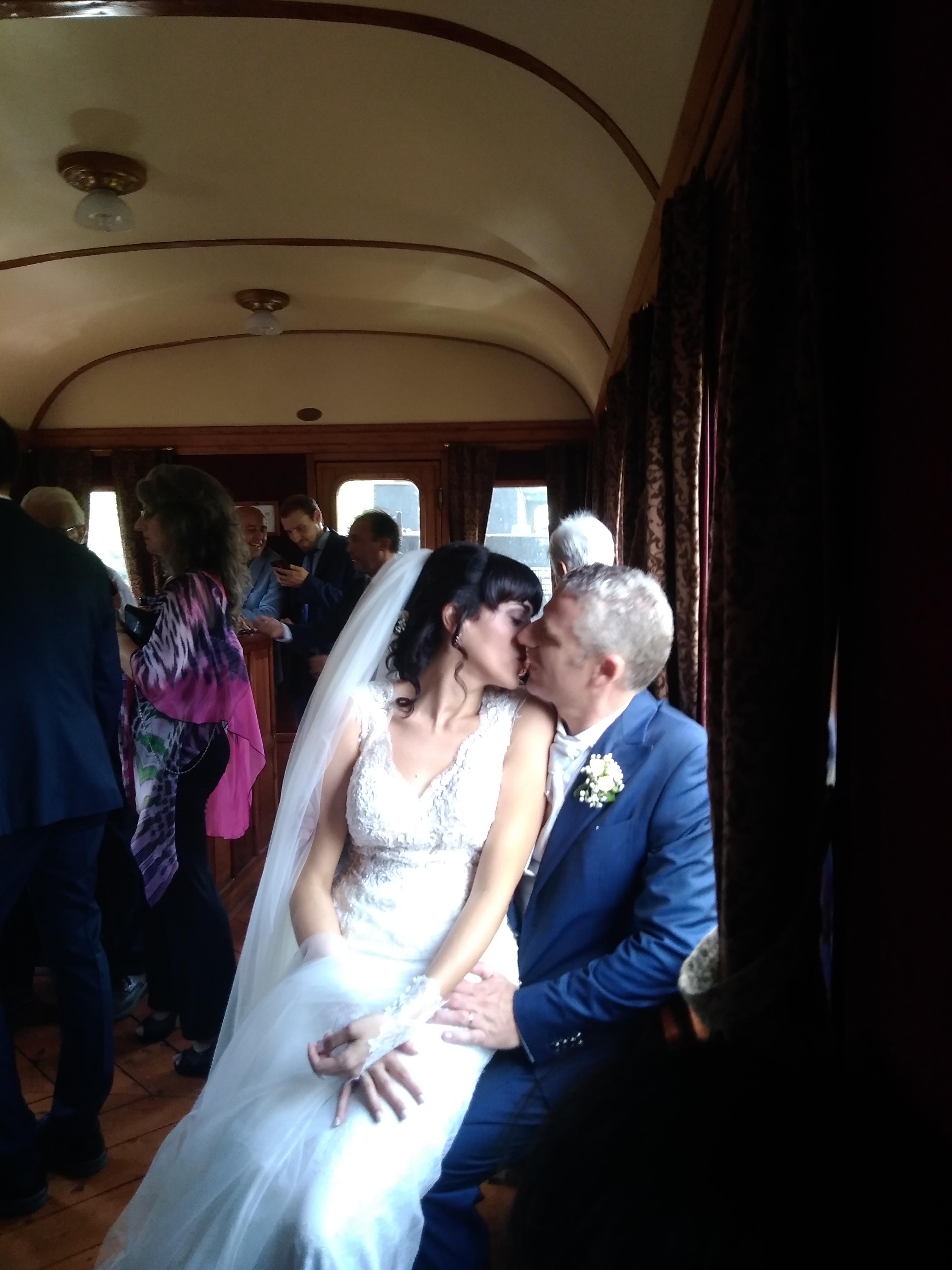 Stefano e Veronica: nozze da favola sul treno a vapore. Festa in tutte le stazioni