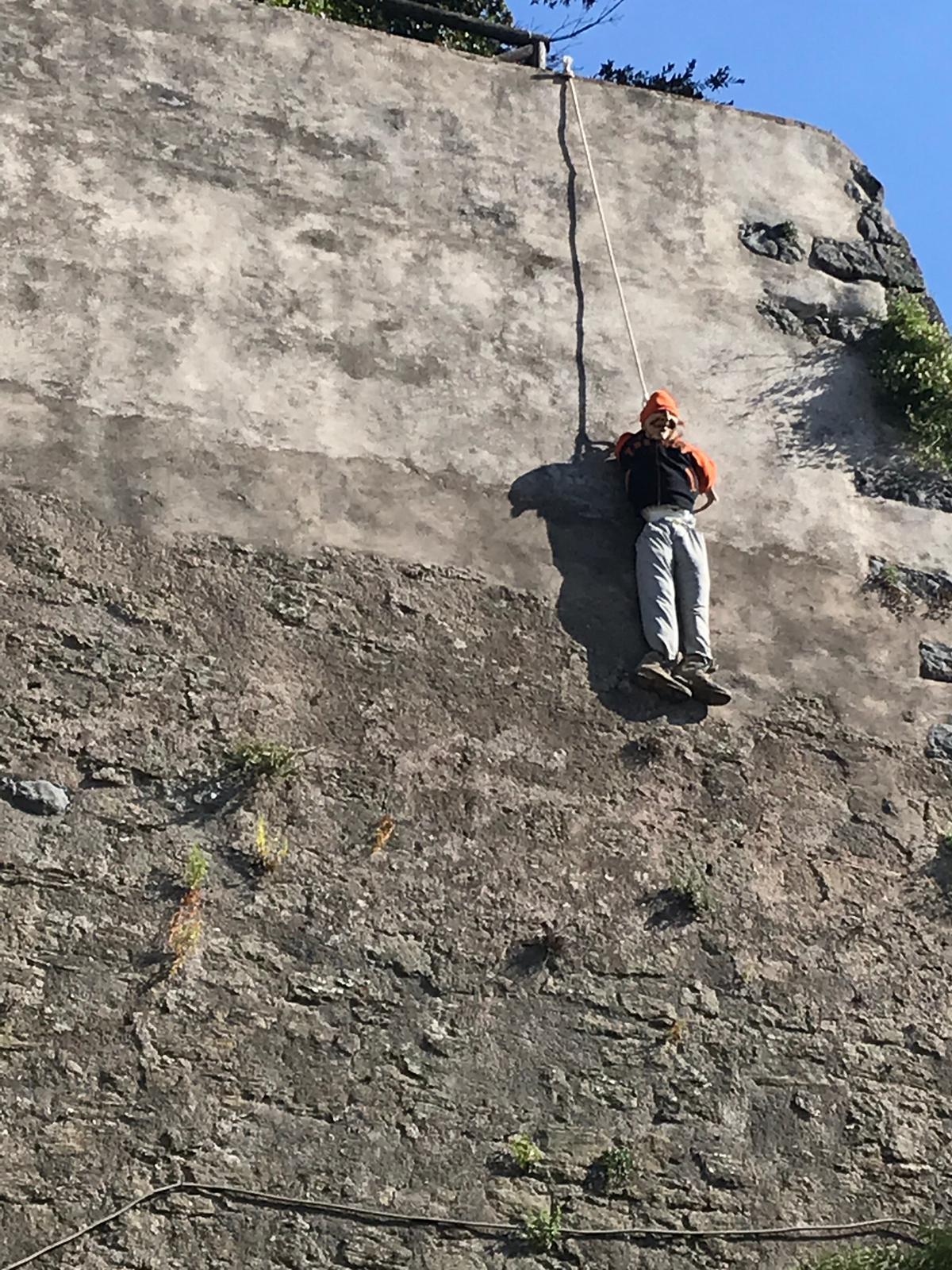Anguillara: fantoccio impiccato ai bastioni rinascimentali