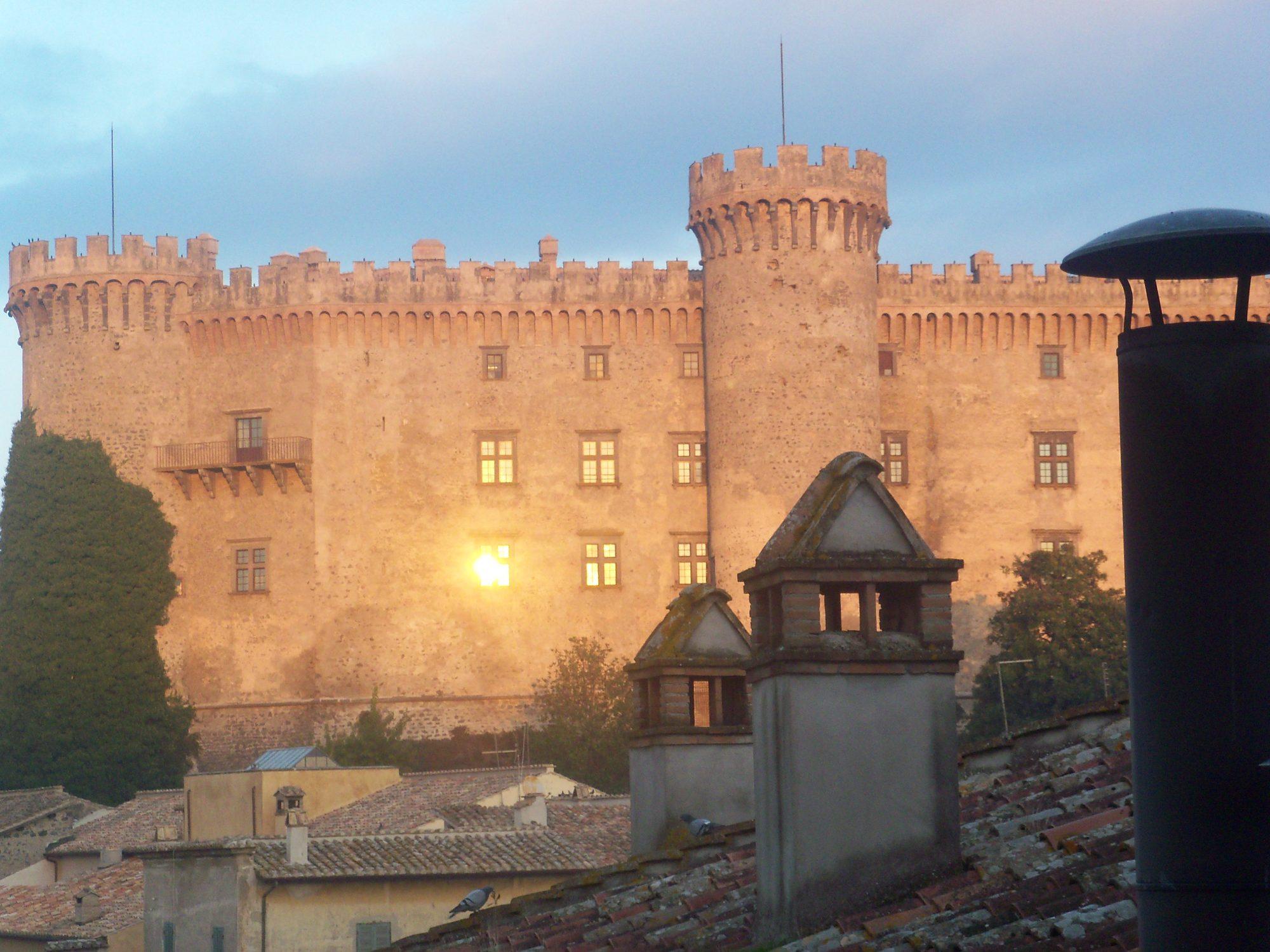 Bracciano tassa i turisti: dal 1° luglio 1 euro al giorno con la nuova imposta di soggiorno