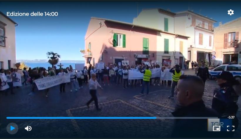 Anguillara: la protesta dei genitori della scuola arriva sotto il palazzo
