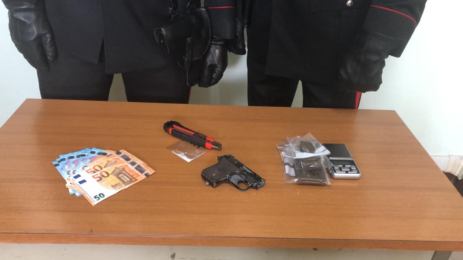 Castelnuovo di Porto: droga e lanciarazzi in casa. Arrestata giovane coppia